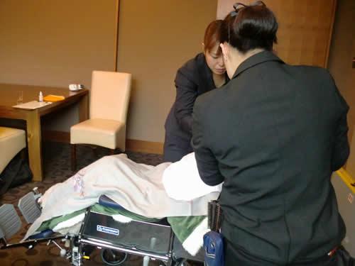 写真:車椅子で横になりながら化粧をしてもらう