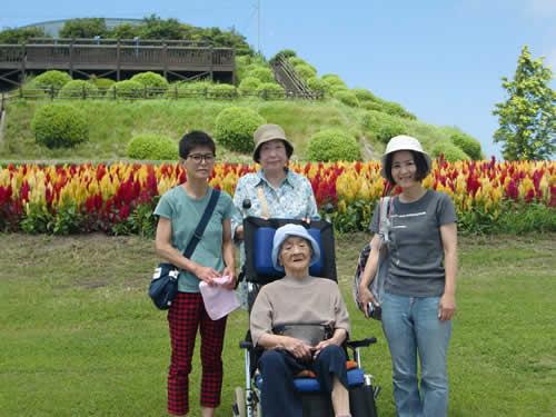 写真:花さじきの前で集合写真