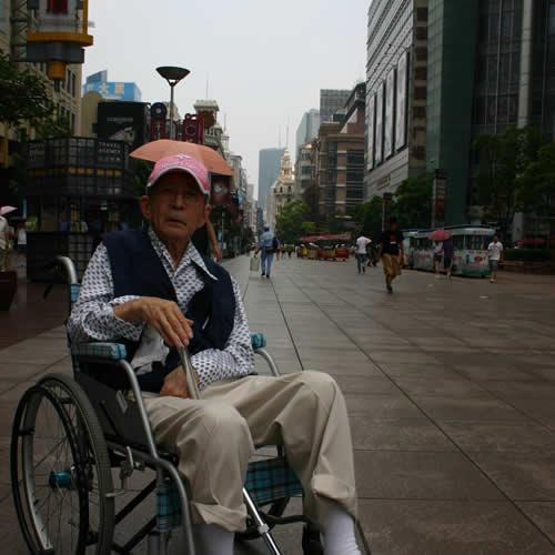写真:上海の繁華街を背景に