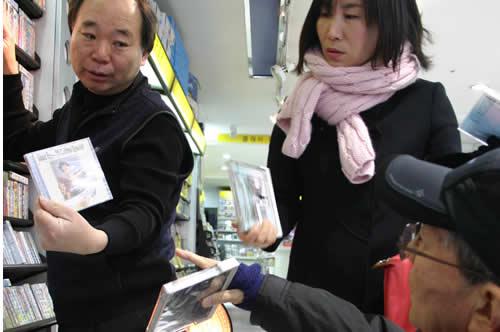 写真:CDを探して、ガイドさんと店員さんに探してもらう