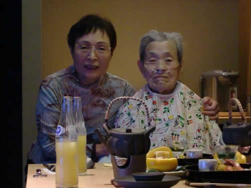 写真:食事の前に娘さんと記念撮影