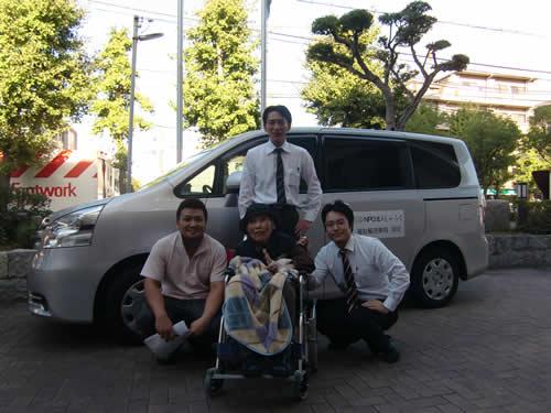 写真:タクシーと一緒に記念撮影