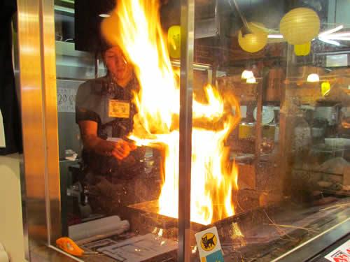 写真:藁焼きたたきを料理中