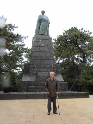 写真:龍馬像の前で記念撮影 /></p> <p>お次は、坂本龍馬像。やっぱり高知に来たら会わずして帰れない、ということで、一緒にパチリ。ついでに坂本龍馬記念館も訪ねました。</p> <p><img src=