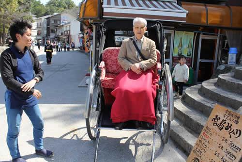 写真:人力車とともに記念撮影