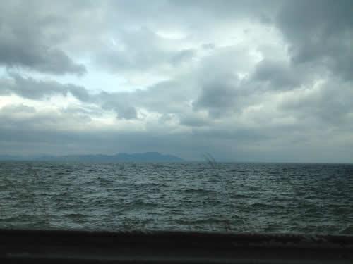 写真:車窓から琵琶湖をみる