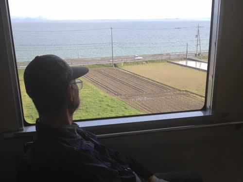 写真:琵琶湖を眺めるお客様