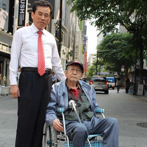 写真:タクシー運転手と記念撮影