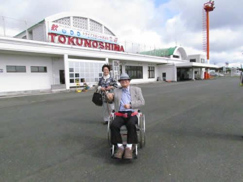 写真:徳之島空港をバックに