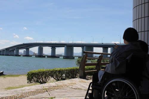 写真:琵琶湖を眺める