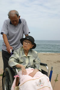 砂浜で記念撮影