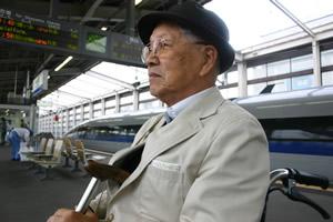 写真:ホームで電車待ちのFさん