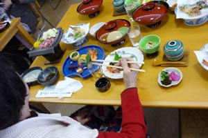 写真:テーブルに所狭しと並ぶ料理